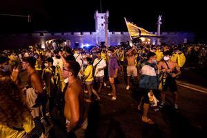 Cientos de aficionados cadistas han querido celebrar la subida a Primera División de su equipo en la fuente de las Puertas de Tierra.