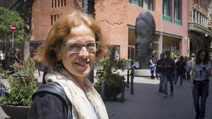Mireia Udina, con la escultura 'Carmela', de Jaume Plensa, al fondo.