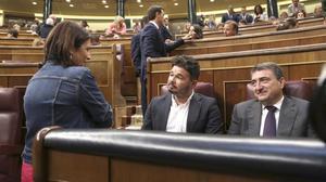 Adriana Lastra (PSOE) conversa con Gabriel Rufián (ERC) y Aitor Esteban (PNV) en el hemiciclo del Congreso.