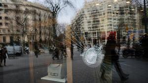Escaparate roto en los ataques vandálicos producidos tras las movilizaciones de hace unos días en el paseo de Gràcia.