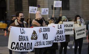Protesta del sector de la restauración y el comercio con cubos de excrementos simulados en la plaza de Sant Jaume.