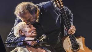 El cantautor valenciano Lluís Miquel y Joan Manuel Serrat en el teatro Joventut.