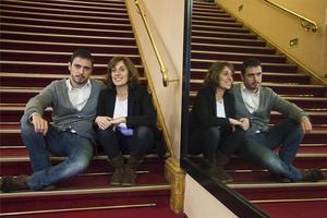 Julio Manrique y Clara Segura, protagonistas de 'Incendis' en las escaleras del Romea.