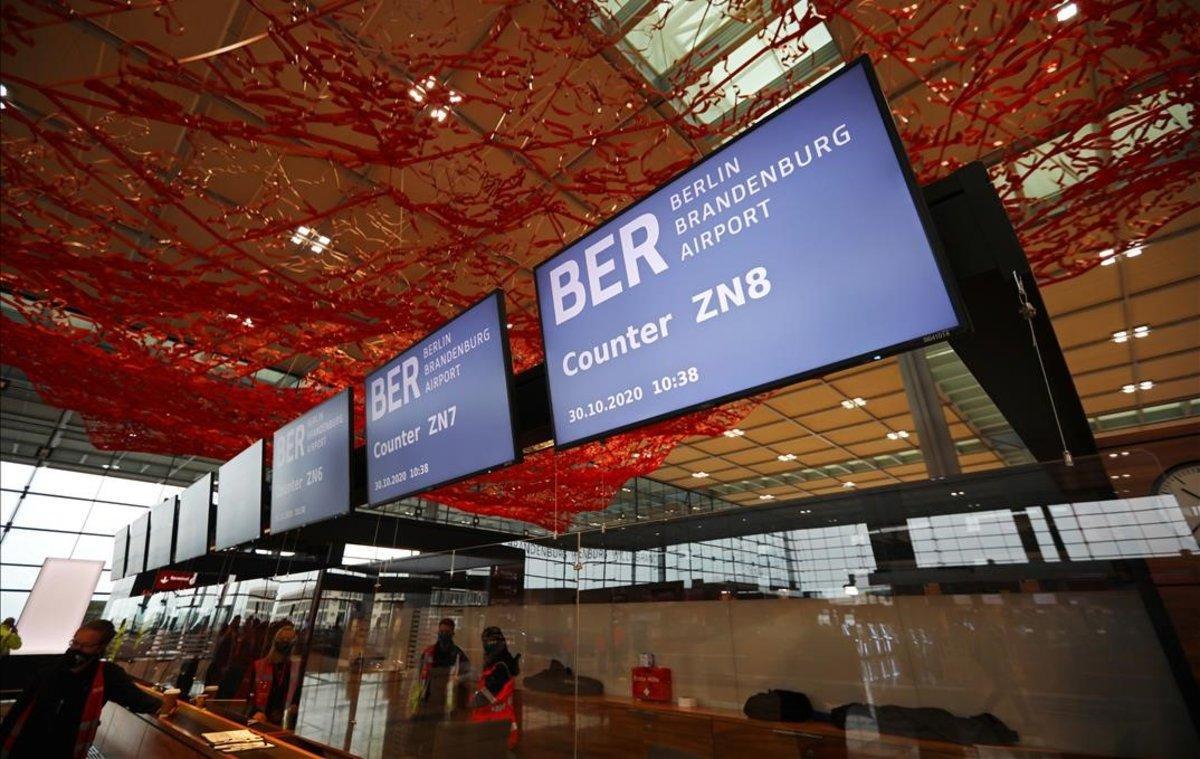El nou aeroport de Berlín s'enlaira ofegat pels deutes i minvat per la pandèmia