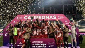 Virginia Torrecilla celebra con sus compañeros del Atlético la Supercopa de España.