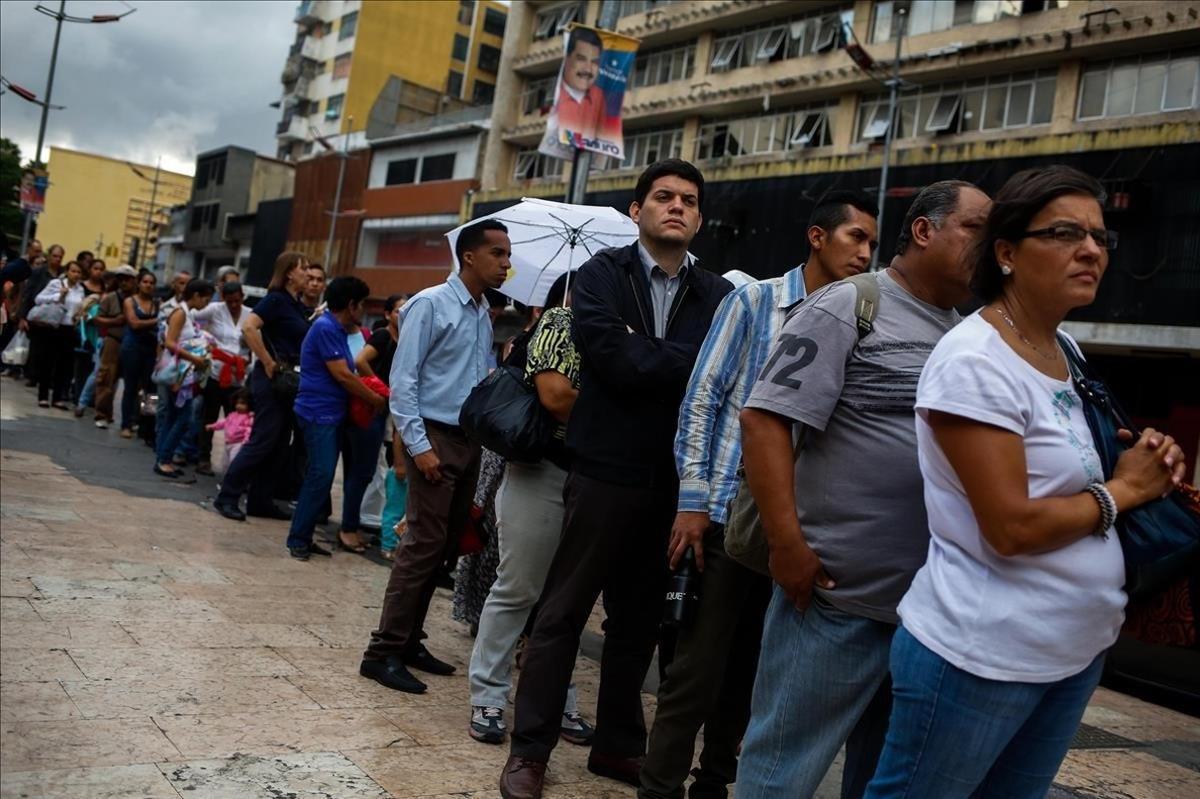 Colas en Caracas para el transporte público.