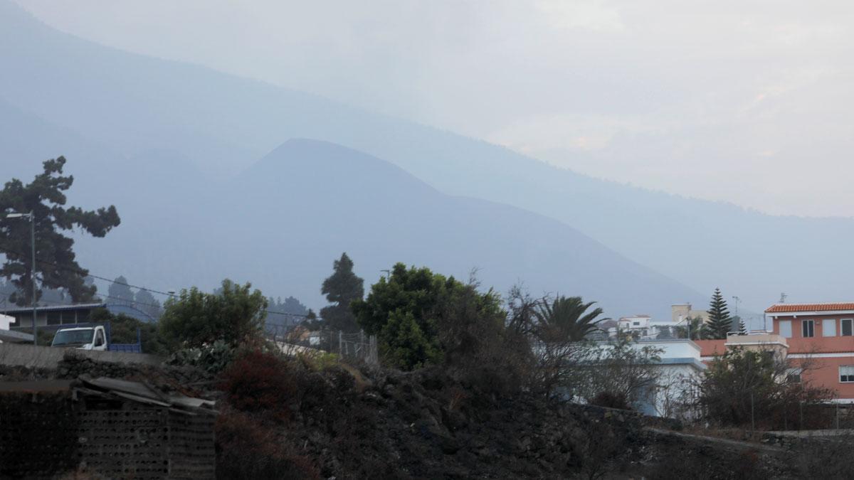 La actividad del volcán se detiene y desaparece la columna de humo.