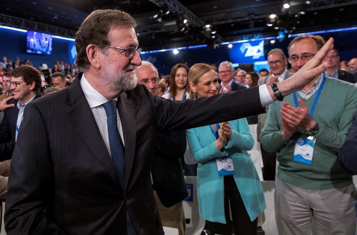 Mariano Rajoy, junto a la presidenta de la Comunidad de Madrid, Cristina Cifuentes, y al presidente del PP vasco, Alfonso Alonso, saluda a los asistentes a la convención, este domingo.