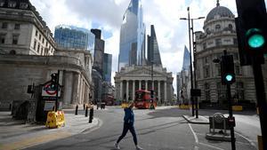 Una mujer cruza una calle en el distrito financiero de Londres, en mayo del año pasado.
