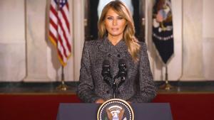 Melania Trump se despide de la Casa Blanca con un mensaje centrado en el covid y la no violencia.