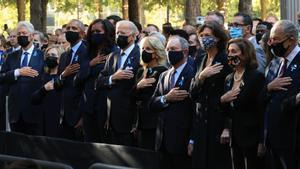 Bill Clinton, Hillary Clinton, Barack Obama, Michelle Obama, Joe Biden, Jill Biden, Michael Bloomberg, Diana Taylor, Nancy Pelosi y Charles Schumer escuchan el himno de EEUU durante el homenaje a las víctimas de los atentados del 11-S, este sábado en Nueva York.