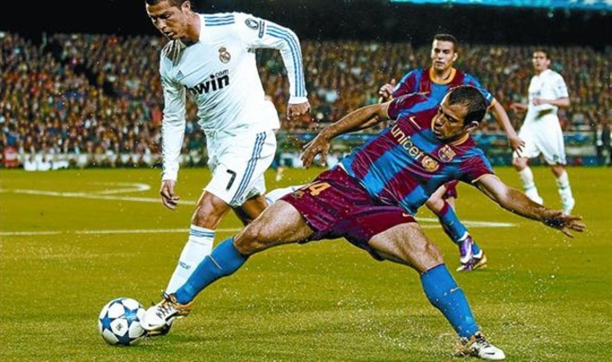 Mascherano y Cristiano Ronaldo en el clásico de la Champions jugado en el Camp Nou en abril.