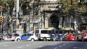 Efectivos policiales y de emergencia, en la zona donde ha tenido lugar el ataque terrorista, este jueves, en Barcelona.