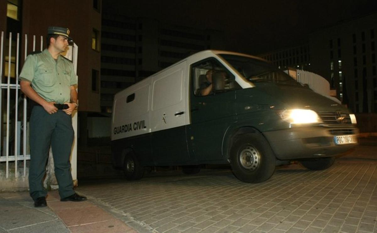 Blesa sale dentro de un furgón policial en dirección a la cárcel, el pasado 5 de junio.