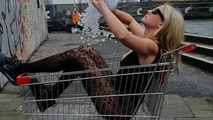 Stella Bossi se echa encima una bolsa de hielo en un vídeo de Instagram.