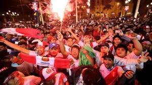 Miles de aficionados se lanzaron a las calles de Lima para celebrar la clasificación de Perú para el Mundial de Rusia.