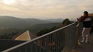 Las vistas que regala Collserola desde uno de los miradores cercanos al parque de atracciones del Tibidabo