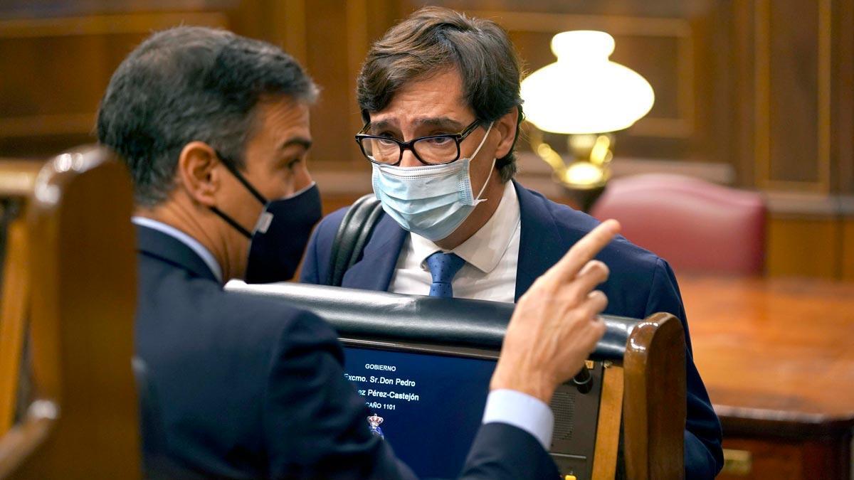 El Gobierno estudia el toque de queda mientras se endurecen las restricciones. En la foto, Pedro Sánchez y el ministro de Sanidad, Salvador Illa.