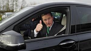 El primer ministro irlandés Enda Kenny, saluda tras votaren un colegio electoral en Castlebar, Irlanda.