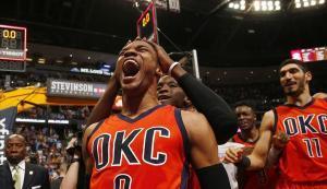 Russell Westbrook celebra la victoria ante los Nuggets con un triple sobre la bocina.
