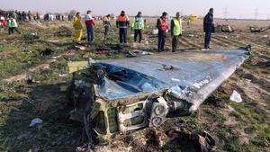 Técnicos supervisan el escenario donde explotó el avión ucraniano tras ser atacado por error por un misil iraní.