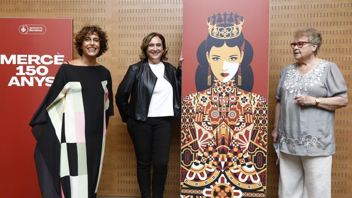 Presentación del cartel de las fiestas de la Mercè con su autora, Malika Favre (izquierda), la alcaldesa Ada Colau, y la pregonera, Custodia Moreno (derecha).