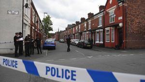 Policías en una operación vinculada a los atentados de Manchester.