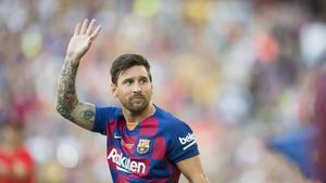 Messi saluda al público del Camp Nou durante la presentación del equipo para la temporada 2019-2020