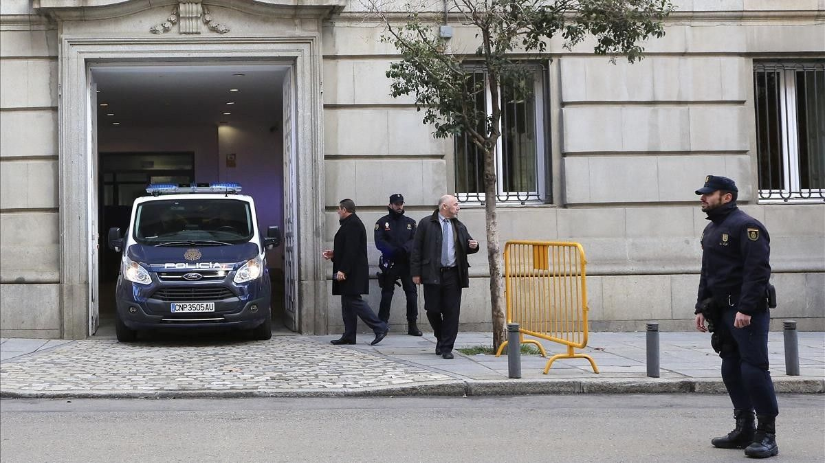 Furgón policial en el Tribunal Supremo durante la declaración de Joaquim Forn y los Jordis