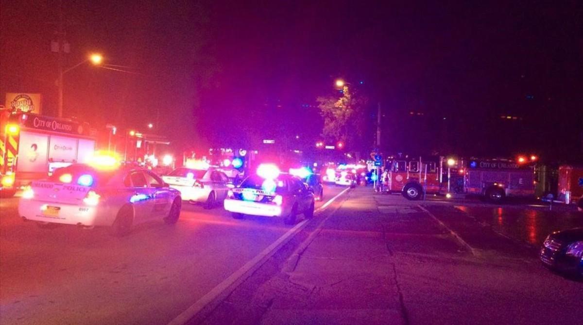 Vehículos policiales en la escena del tiroteo en Orlando, en la madrugada de este domingo.