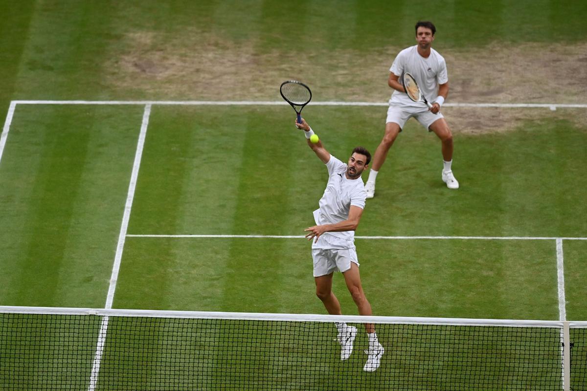 Granollers remata un punto en la final de Wimbledon.