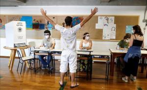 Un hombre reacciona despues de votar en las elecciones municipales hoyen un colegio electoral en Sao Paulo (Brasil)