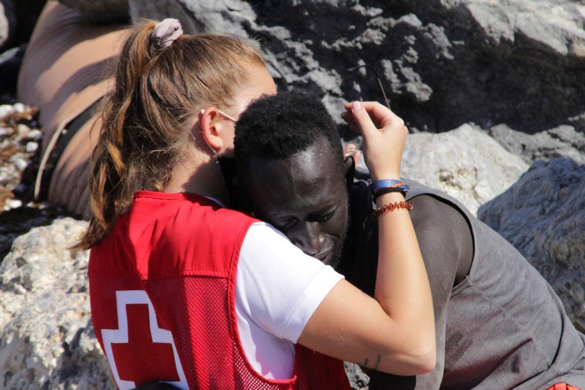 Luna, voluntaria de la Cruz Roja, consolando a un migrante en Ceuta.
