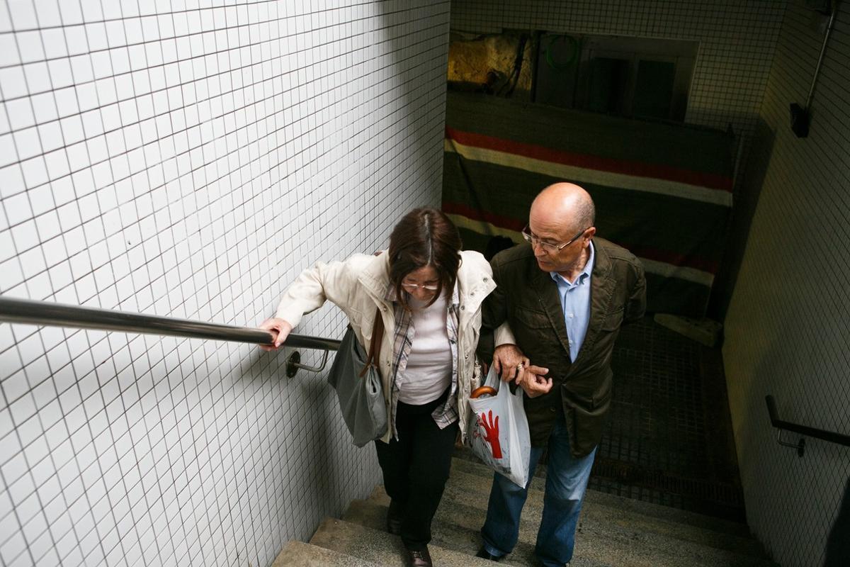 Josefa Charler, acompañada por su marido, en las escaleras de acceso al andén de la estación de Renfe de Vilassar de Mar.