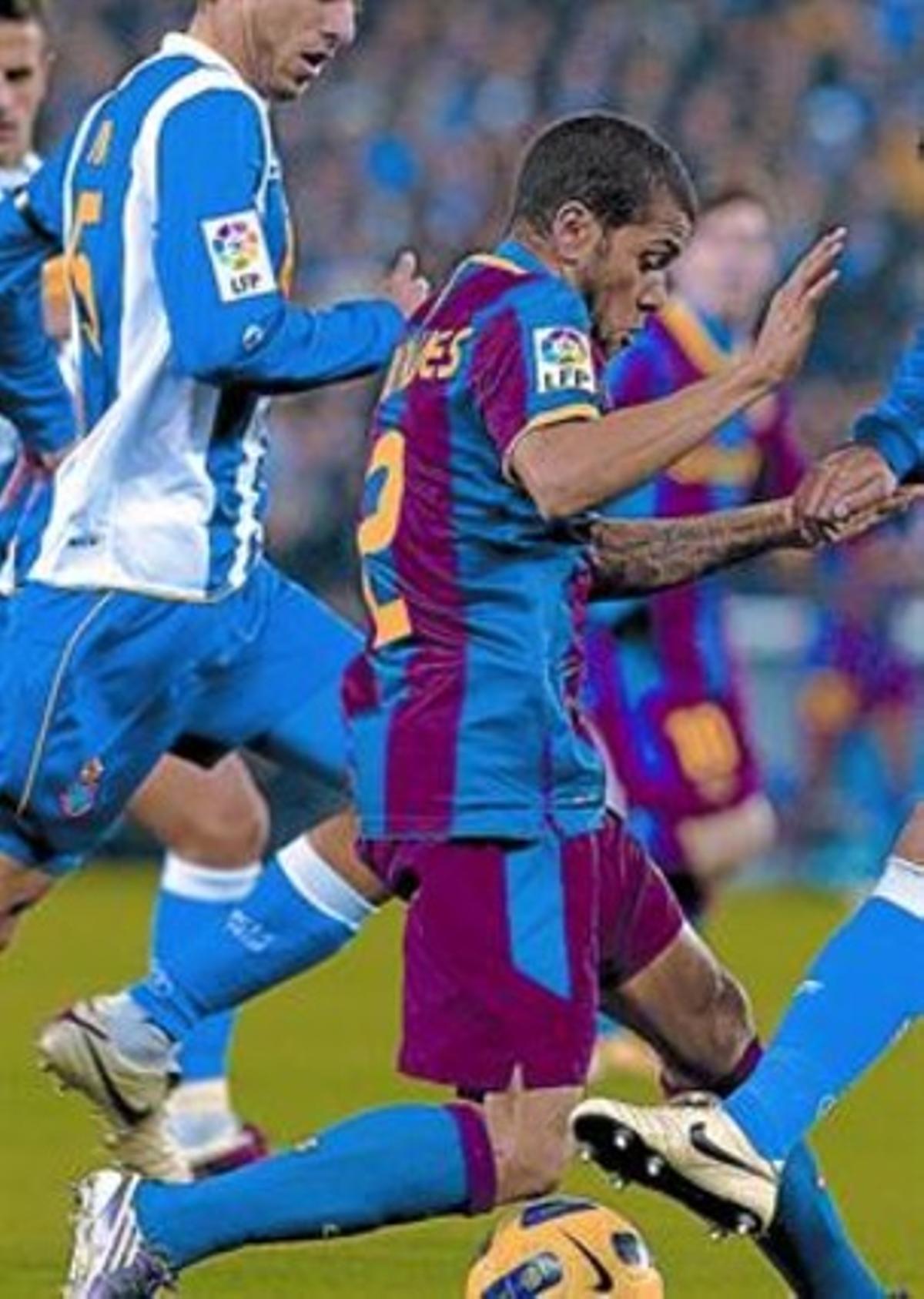 Todoterreno 8 Alves, durante el partido de Cornellà-El Prat.