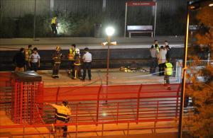 Un cuerpo cubierto junto al escenario de la tragedia, en Castelldefels, el día de San Juan del 2010.