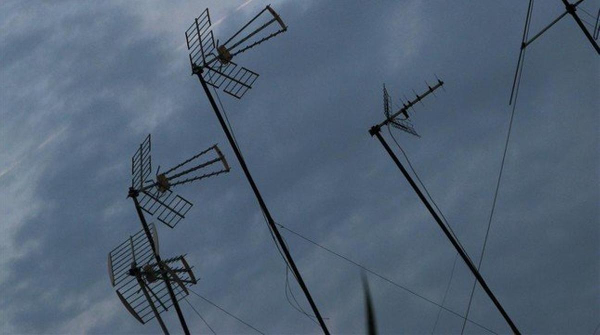 Un conjunto de antenasen unos tejados de Barcelona.