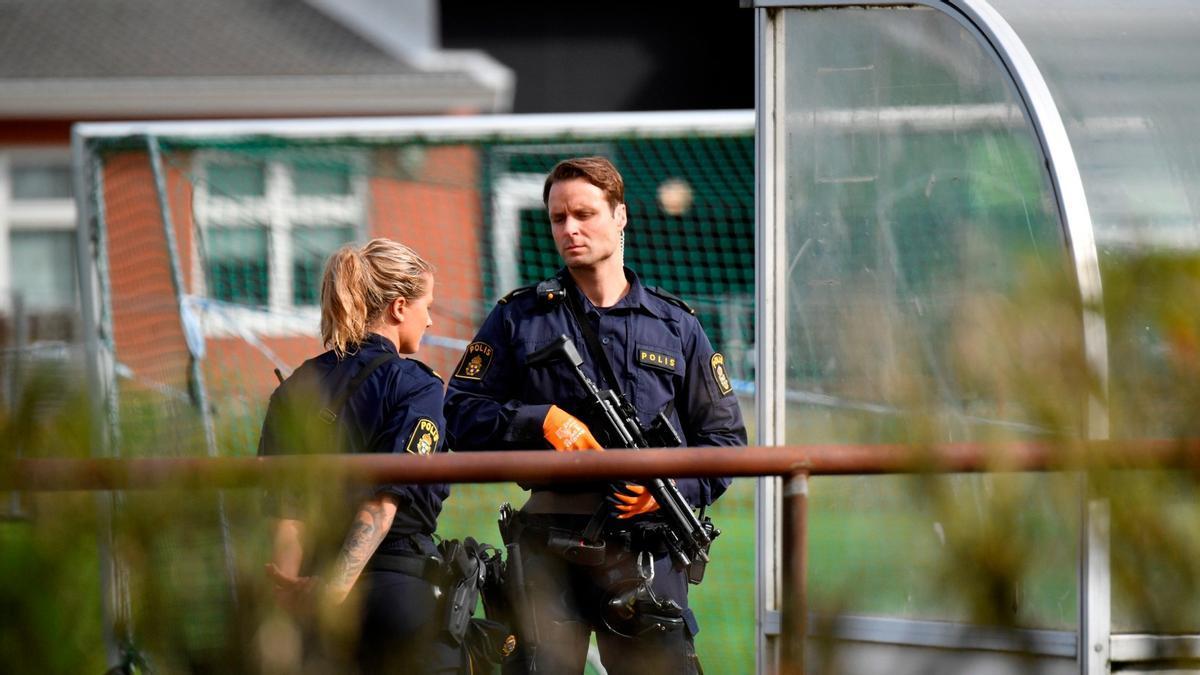 Policías en el colegio sueco de Eslov, este jueves.