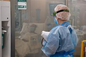 Atención a pacientes graves con coronavirus en el Hospital Clínic de Barcelona.