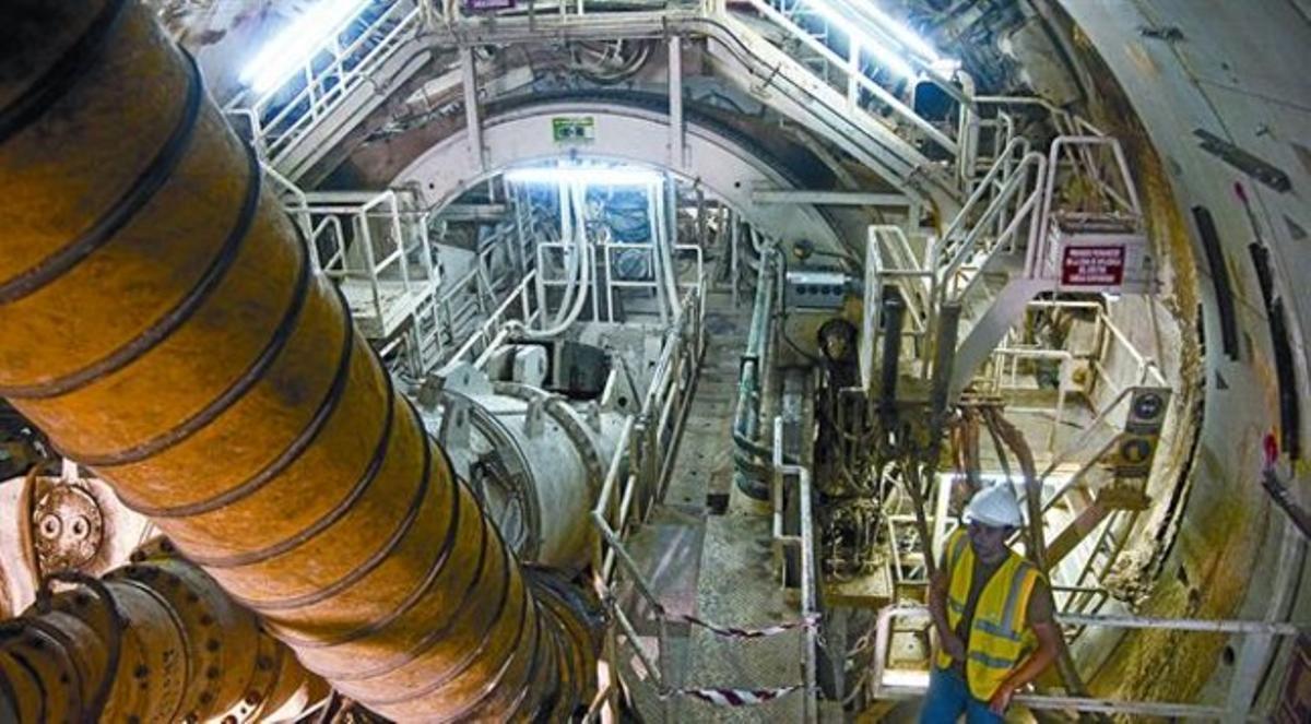 La tuneladora de la L-10 encallada en la Zona Franca, que ha vuelto a perforar después de ser reparada, ayer por la mañana, en Foc Cisell.