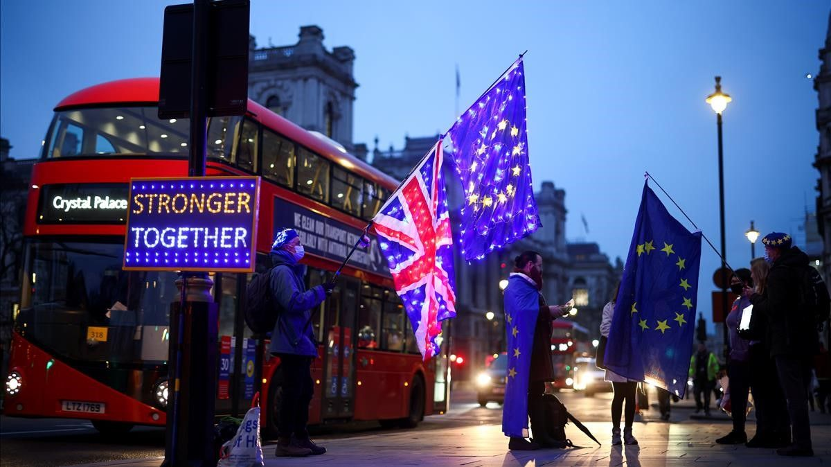FILE PHOTO  Anti-Brexit protesters demonstrate outside the Houses of Parliament in London  Britain December 9  2020  REUTERS Henry Nicholls File Photo