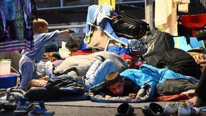 -FOTODELDIA- Moria (Grecia)  17 09 2020 - Solicitantes de asilo del campamento de Moria en sacos de dormir en las tiendas de campana improvisada junto al nuevo campamento de refugiados en Kara Tep e en la isla de Lesbos  Grecia  este jueves 17 de septiembre de 2020  La Policia lleva a cabo una operacion para convencer a los solicitantes de asilo de que abandonen la carretera donde acampan desde el pasasdo 9 de septiembre  cuando un incendio destruyo el campamento de Moria  y vayan al nuevo campamento de Kara Tepe  EFE EPA VANGELIS PAPANTONIS