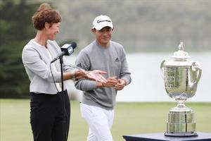 Suzy Whaley, presidente de la PGA América, ofrece a Morikawa el trofeo por su victoria
