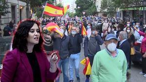 Decenas de personas se saltan la distancia social para manifestarse en el barrio de Salamanca (Madrid).