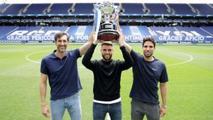 Diego López, David López y Cabrera alzan el trofeo de campeones de Segunda, este lunes en el RCDE Stadium.
