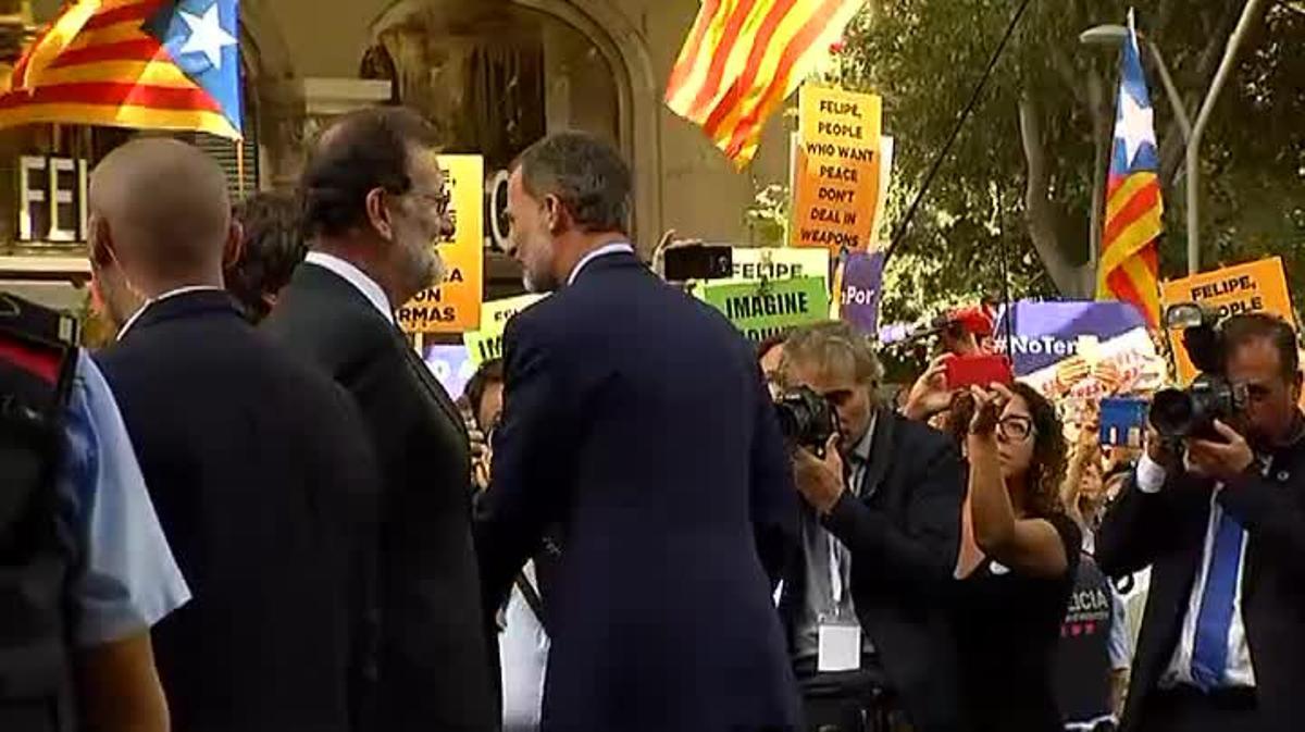 Una part dels protestants dels laterals del carrer van xiular diferents autoritats