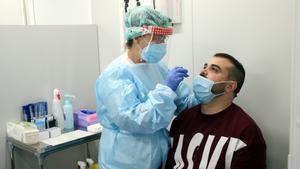 Una enfermera realiza un test de antígenos en el módulo del CAP Amadeu Torner de L'Hospitalet.