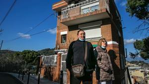 Fernando y María, frente a su casa en Can Sant Joan, barrio de Montcada (Barcelona), que llevan mas de un mes con cortes de luz casi diarios.
