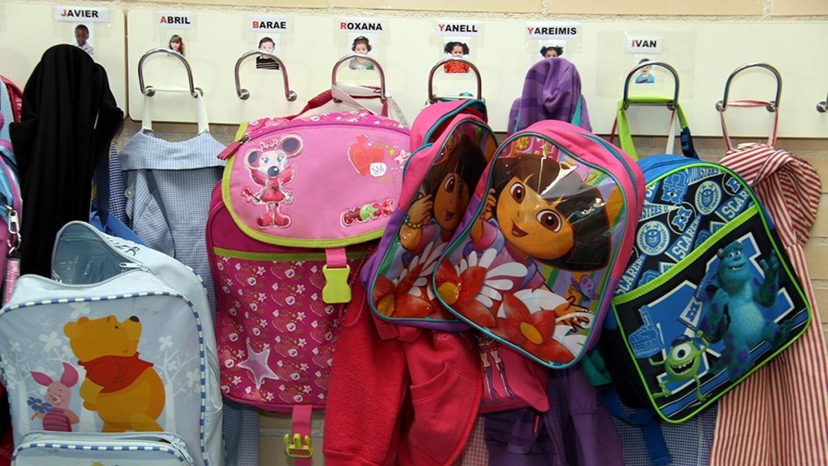 Mochilas de alumnos de infantil de una escuela.