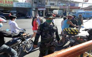 Policías en Filipinas vigilan durante la crisis de coronavirus.